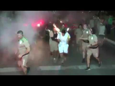 ¡Con un matafuego! Un hombre sacado intentó apagar la llama olímpica