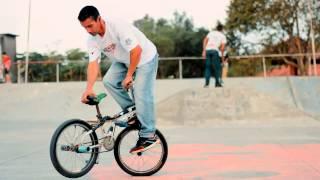 Спорт на BMX завораживает.Трюки+видео на велосипедах на BMX на площадке.Так не бывает.(Спорт на BMX тут 0:13 0:47 0:59 прыжки спуски фото гонки на велосипедах 1:27 1:34 1:53 видео на велосипедах Трюки+видео..., 2014-10-03T16:32:15.000Z)