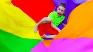 День рождение Ромы Дети играют в различные игры и веселятся Рома и Хелпик