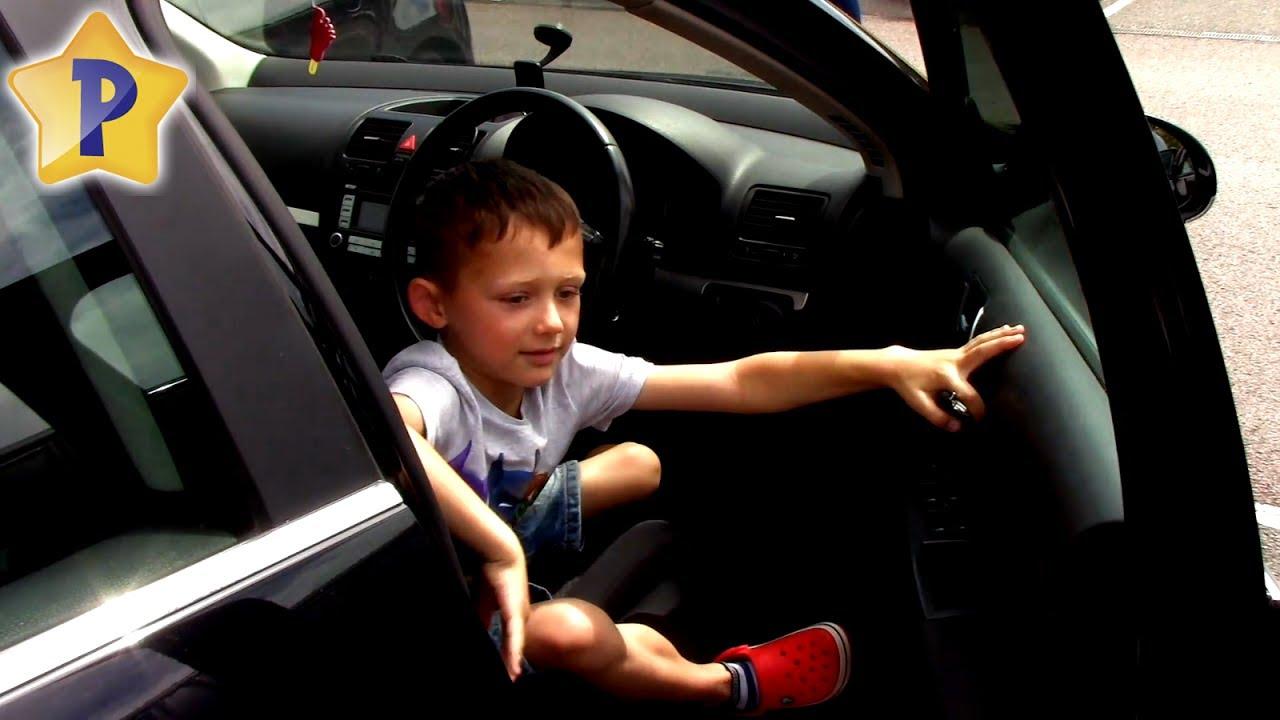 Подарите всем любителям need for speed (и подобных игр), пусть почувствуют, что такое езда с препятствиями. Но зато была настольная игра из серии «за рулем». Называлась она «юный водитель». Поворачиваешь ключ зажигания «дорога» движется по кругу. Проезжаешь под мостами, рулишь,