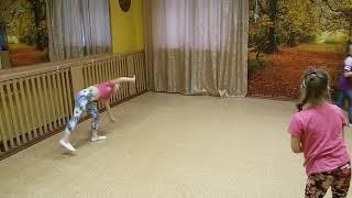 Даша делает колесо на тренеровке по Танцам