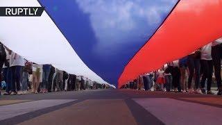 300 метровый российский триколор пронесли по центру Ростова на Дону