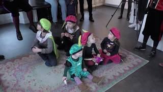 Kinderen op bezoek in het Pietenhuis