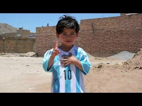 Dall'Afghanistan al Pakistan: la fuga per bimbo che sogna un futuro da Messi