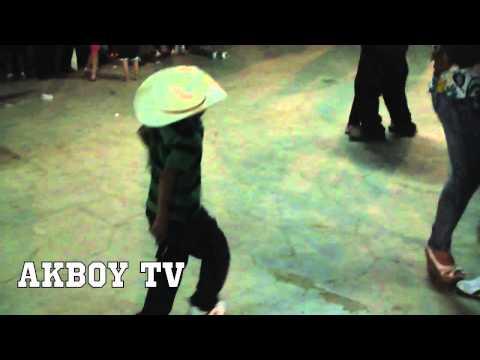 El Plebe Bien Alterado Bailando El Mechon y Con Su Pistola 2014