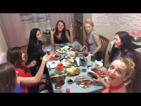 девушки душевно поют за столом