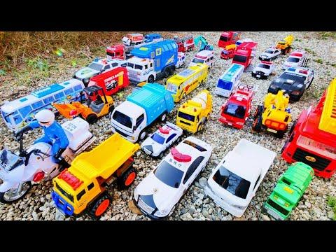 木の坂道を色々なはたらくくるまが走るよ♪ パトカーや救急車、消防車などの緊急車両 ショベルカーやダンプトラックなどが登場!