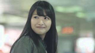 新潟駅で、東京行きの新幹線の時刻表を見つめる女子高生。 その横を通り...