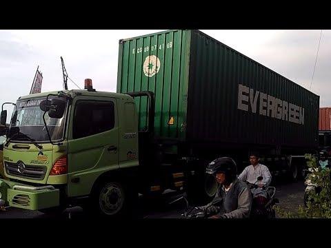 truk-gandeng-truk-kontainer-truk-tronton-hino-fuso-terjebak-macet-di-perlintasan-kereta-api-tirus