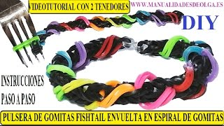 Repeat youtube video COMO HACER UNA PULSERA DE GOMITAS FISHTAIL ENVUELTA EN UNA ESPIRAL CON DOS TENEDORES. SIN TELAR