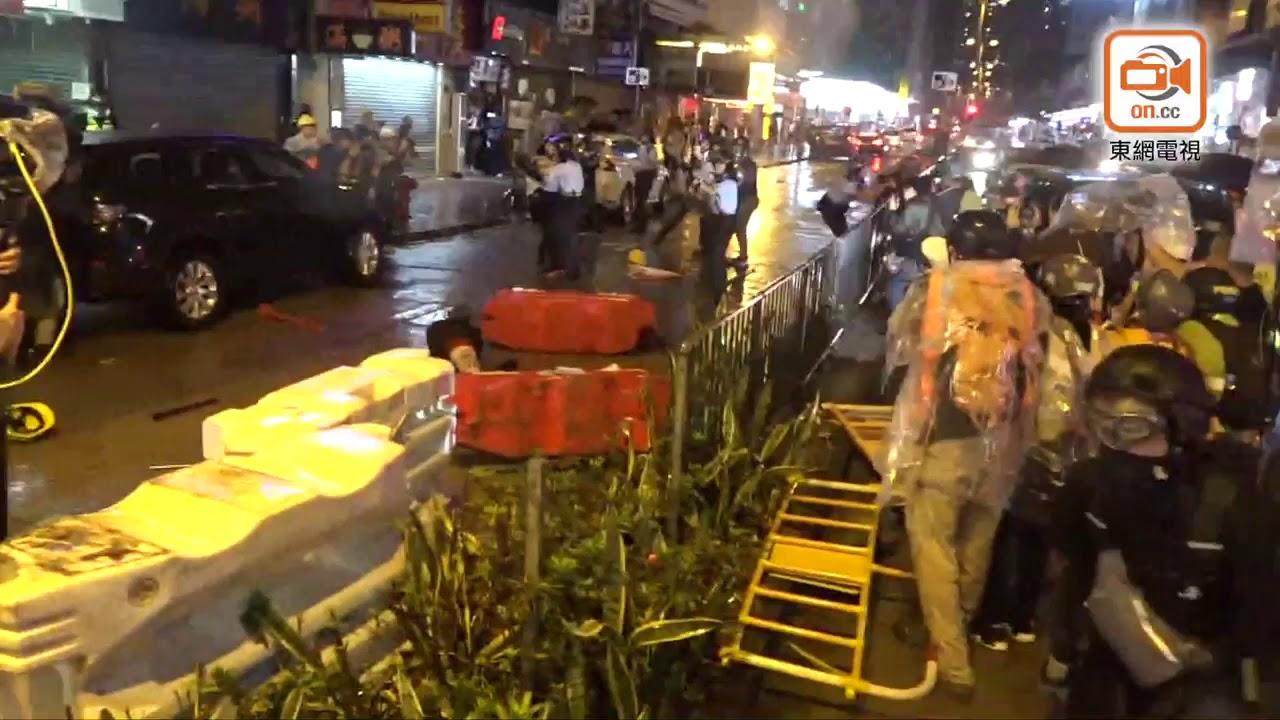 暴徒襲擊警察導致其開槍警告 - YouTube