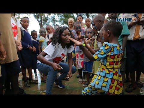 Sherrie Silver ukunzwe muri 'This Is America' yasangiye n'abana yakuye ku muhanda i Nyamirambo