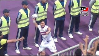 طارق حامد يقذف قمصان الزمالك للجماهير في مدرجات برج العرب احتفالا بالكأس