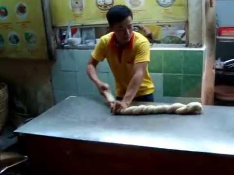 Màn biểu diễn làm mì kéo kungfu tại quán mì Khải Ký