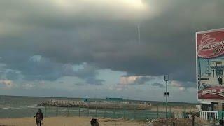 شاهد.. تكون إعصار مائي قمعي في سماء الإسكندرية