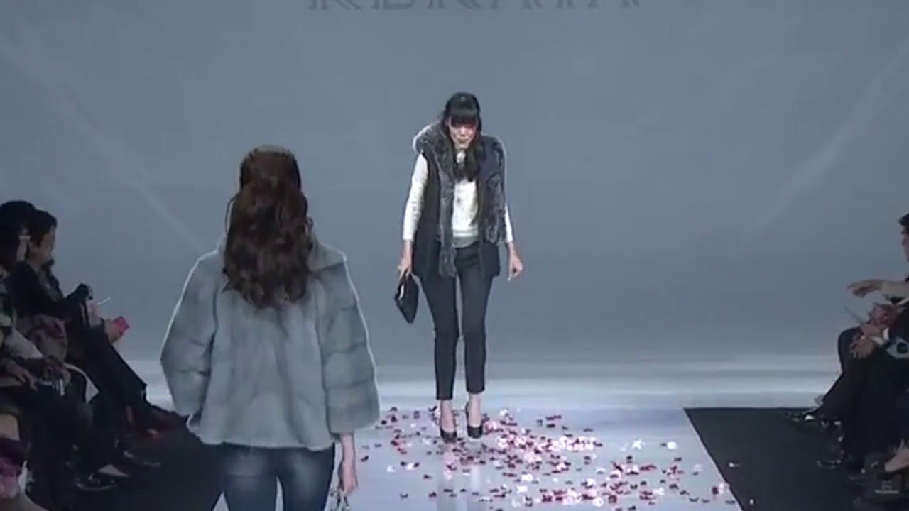 Model falls down and loses her scarf at KERAIA Fall/Winter 2016 (Taipei IN Style). HD VIDEO