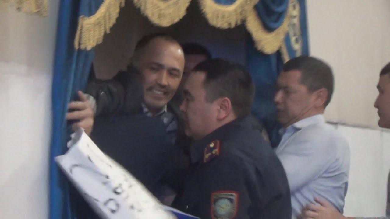 Полицейские грубо сорвали митинг на отчетной встречи Акима Уральск а
