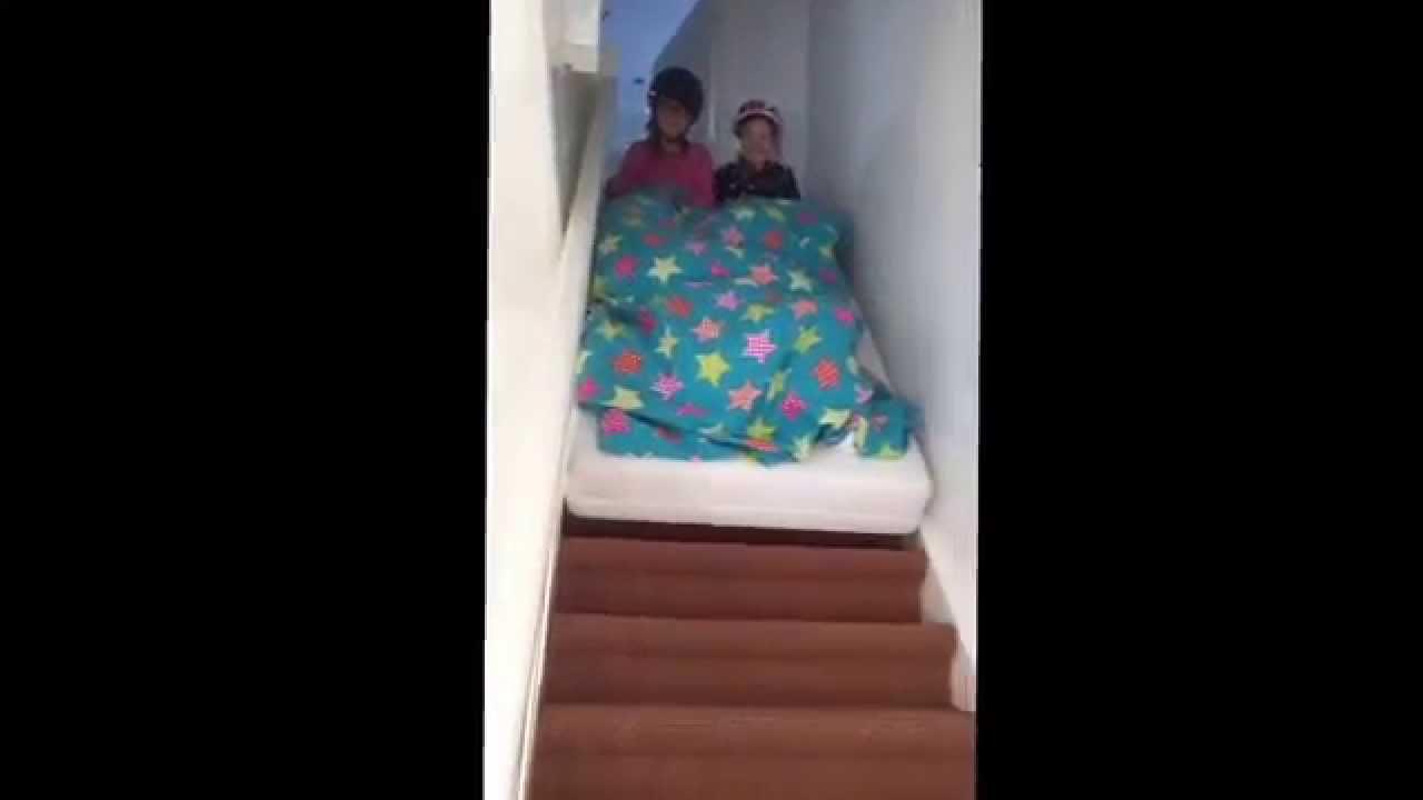 Emma Het Matras : Zélie en emma met matras van trap 2015 youtube