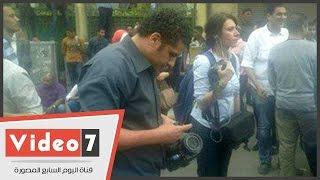 بالفيديو..مجهولون يعتدون على طاقم قناة فرانس 24 أمام