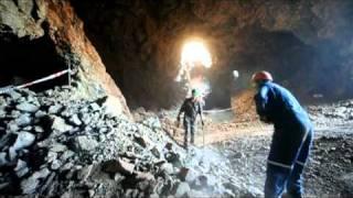 Mineros buscan cobre en una mina de Chile