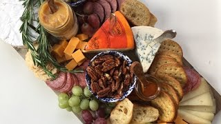 HOLIDAY APPETIZERS: HOW TO BUILD A HOLIDAY CHEESE BOARD & EASY GOAT CHEESE CROSTINI