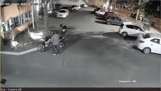 En segundos, robaron una moto estacionada en ECA