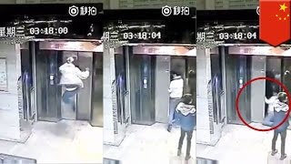 エレベーターにキック!ドアが壊れ、地下に落下 中国 thumbnail