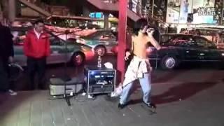 广州街头残疾流浪歌手阿龙假唱穿帮镜头在3分7秒