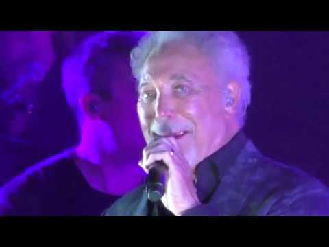 Tom Jones Kiss 2018