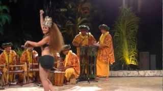 Démonstration de danse tahitienne par Moena Maiotui (Tahiti Ora), meilleure danseuse du Heiva 2011