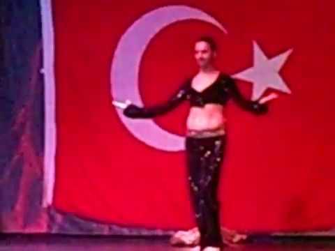 Турецкий мужик классно танцует танец живота