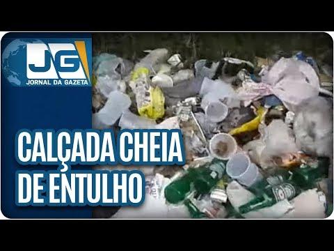 Calçada cheia de lixo na zona norte