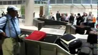 Video Funny baggage claim at Munich Airport download MP3, 3GP, MP4, WEBM, AVI, FLV Juni 2018