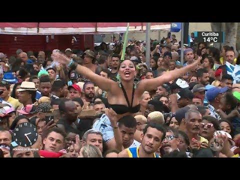 Comunidade celebra vitória da Beija-Flor na Carnaval do Rio   SBT Notícias (15/02/18)