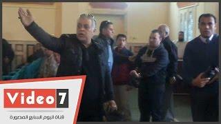 """بالفيديو..نقيب المهن السينمائية للمصورين أثناء جنازة عبدالعليم: """"حرام كده"""""""