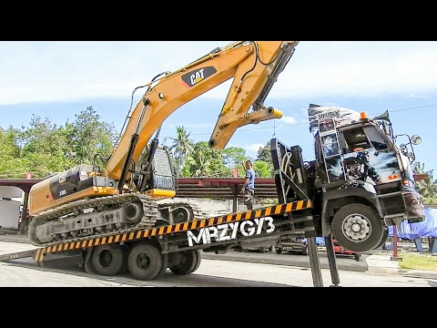 Self Loader Truck Transporting Excavator CAT 336D2 Komatsu PC200