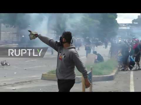 Venezuela: Anti-Maduro protesters hurl molotov cocktails at police in Caracas