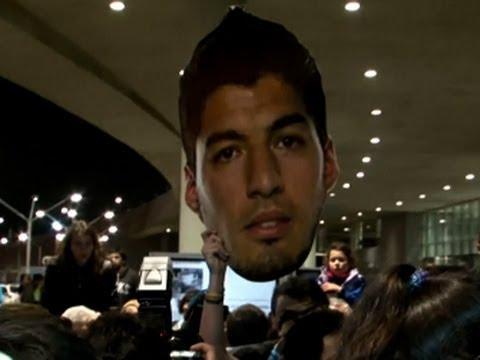 Raw: Fans Welcome Suarez to Uruguay
