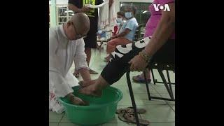 封城期间 菲律宾牧师为无家可归者行洗脚礼
