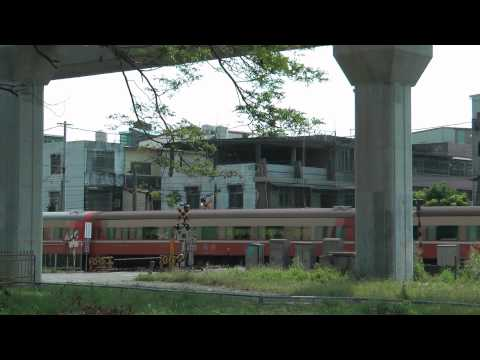 [HD] The Taiwan TRA GE Electric Locomotive pass the Tangchang Road level crossing