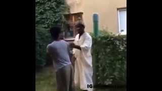 Arap  adam kadının  büyük  kalçalarını   görünce şoka  uğradı