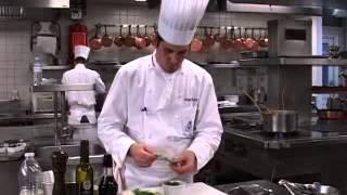 Langouste pochées au court bouillon, salade d'épinards et sauce framboise