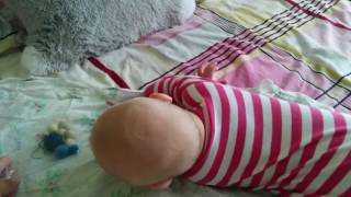 видео Коли дитина починає повзати?