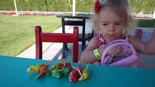 10 surprize pe tobogane  Anabella Show cauta surprize la loc de joaca pentru copii