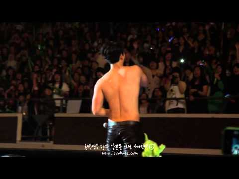 111119 Taecyeon takes off his shirt