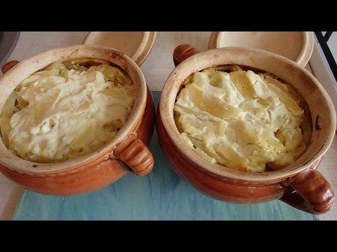 Картошка  в горшочках с любым мясом и огурчиками.Очень вкусно и быстро.