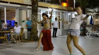 Թուրք պորտապարուհին անհարմար վիճակի մեջ ընկավ, երբ պարահրապարակ դուրս եկավ ռուս աղջիկը (տեսանյութ)