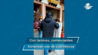 """""""¡Ponte el cubrebocas!"""", comerciantes salen a las calles con láminas enrolladas para generar conciencia sobre el avance de la pandemia de Covid-19"""