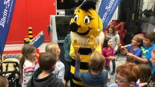 Kinder und Eltern beim Weltrekordversuch im RZ-Druckhaus