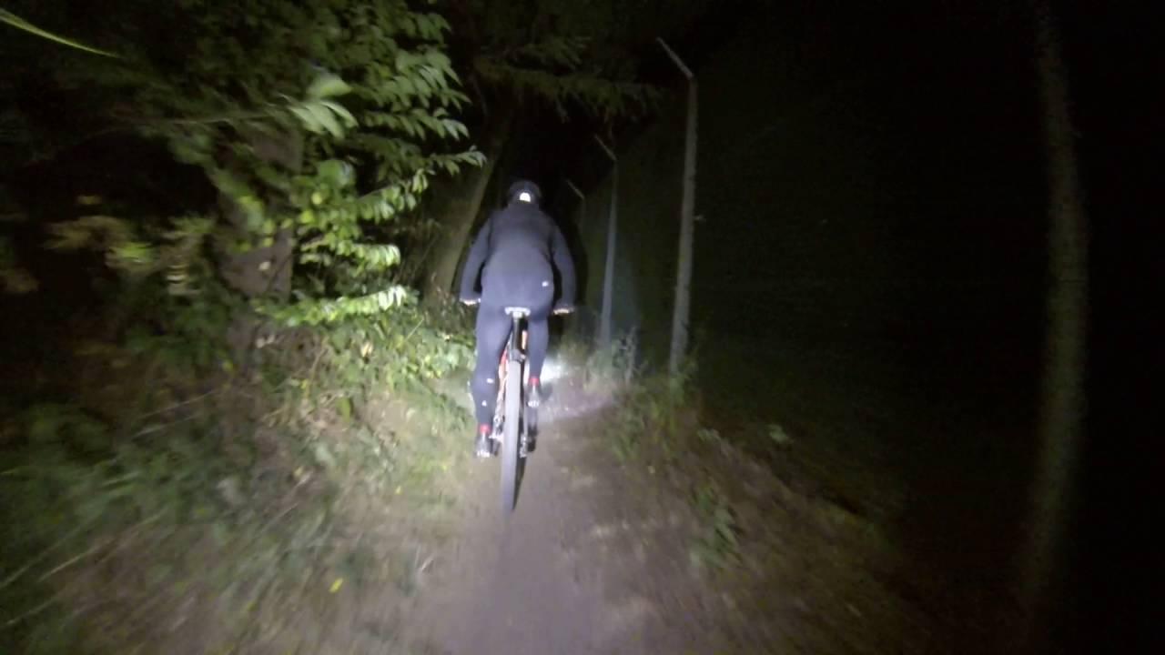 MTB in het donker (lamp Nightfighter 1600 lumen) - YouTube